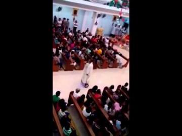 Un prêtre donne la messe de Noël… sur un skate électrique!